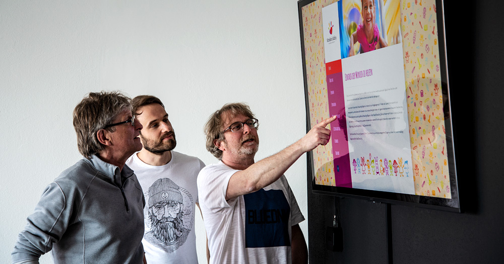 Der Vorsitzende der Kinderlobby Straubing-Bogen, Robert Fischer (links), diskutiert mit Matthias Lehner (Mitte) und Dieter Zollner (rechts) über die Vorteile der neuen Homepage.